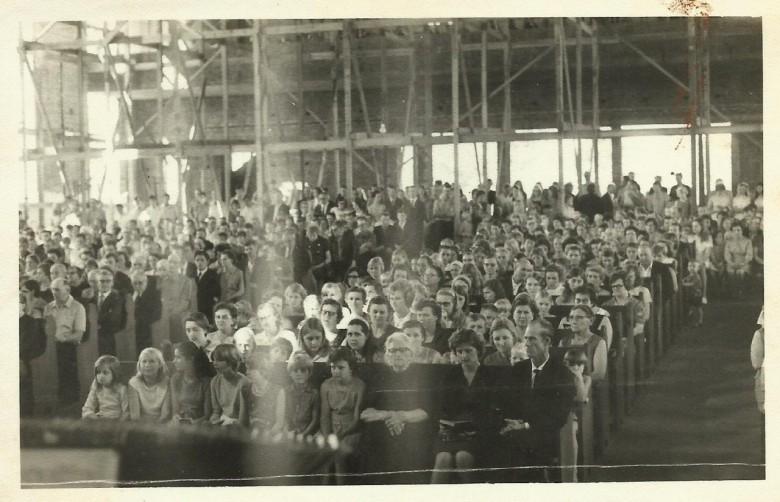 Culto na igreja ainda em construção da Comunidade Evangélica Martin Luther, no começo da década de 1960.
