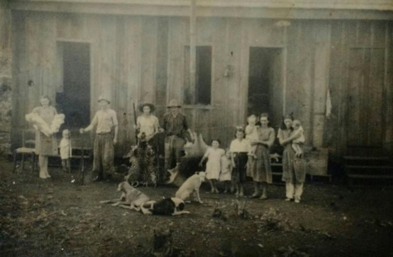 Famílias de Benno Weirich (à esquerda) e de João Arlindo Griebeler, fotografados em frente ao barracão de alojamento da colonizadora Maripá, a Avenida Rio Grande do Sul.