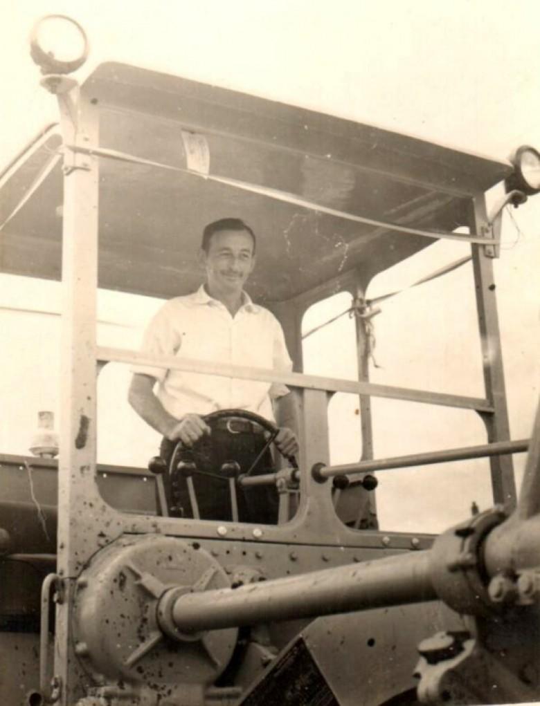 Prefeito Municipal Arlindo Alberto Lamb manobrando a primeira  motoniveladora (patrola )comprada pelo município de Marechal Cândido Rondon, no ano de 1961.