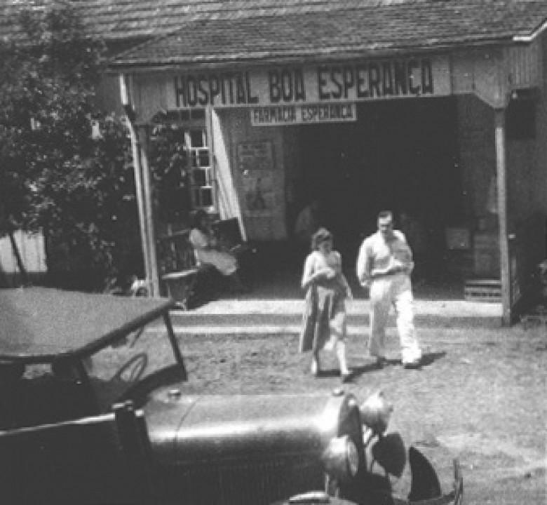 Dr. Seyboth e D. Ingrun em frente ao Hospital Boa Esperança, em Ipira,  SC, no ano de  1951.