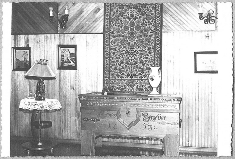 Sala de estar da casa do Dr. Seyboth com baú  vindo da Alemanha. Foto feita em 1957.