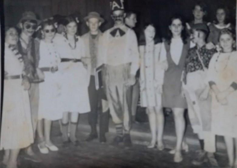 Jovens quatropontenses pioneiros, numa festa junina.  Da esquerda a direita:  1ª - Nadir Winter, 2ª e 3ª - não identificadas;  4ª - Rita Sausen;  5ª Décio Lang, 6ª Clemente Francener (de chapéu), 7ª - ... Martini (moça de cabelo liso), 8ª - ... Becker, 9ª Salesio Becker, e 10ª - Rosana Lang.
