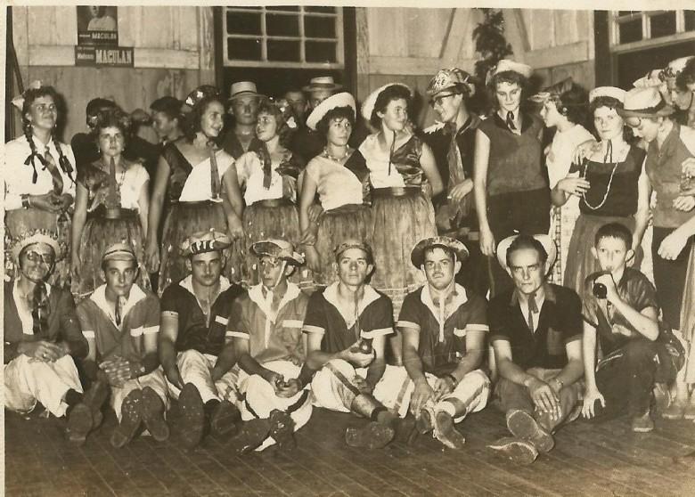 Jovens pioneiros rondonenses em baile de Carnaval do extinto Salão Wayhs, no final da década de 1950.  Da esquerda à direita, sentados, o 5º é o jovem Orlando Miguel Sturm.