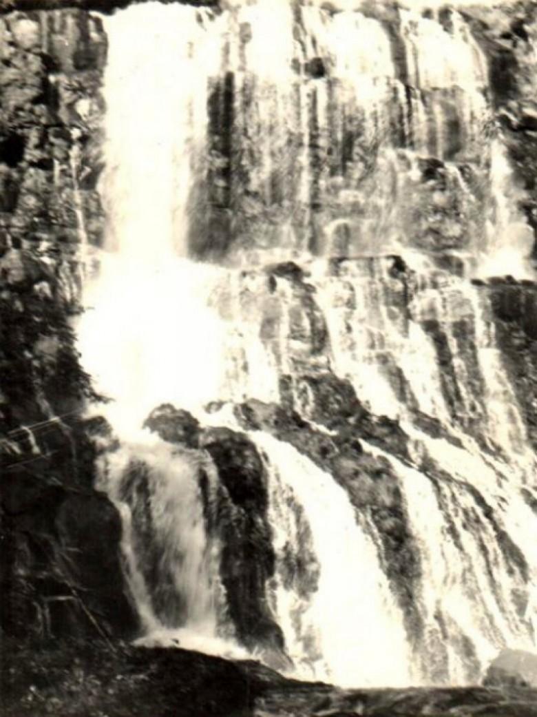 Queda d'água do Arroio Felicidade, nas terras que pertenceram a Arlindo Alberto Lamb. A queda desapareceu com a formação do Lago de Itaipu.