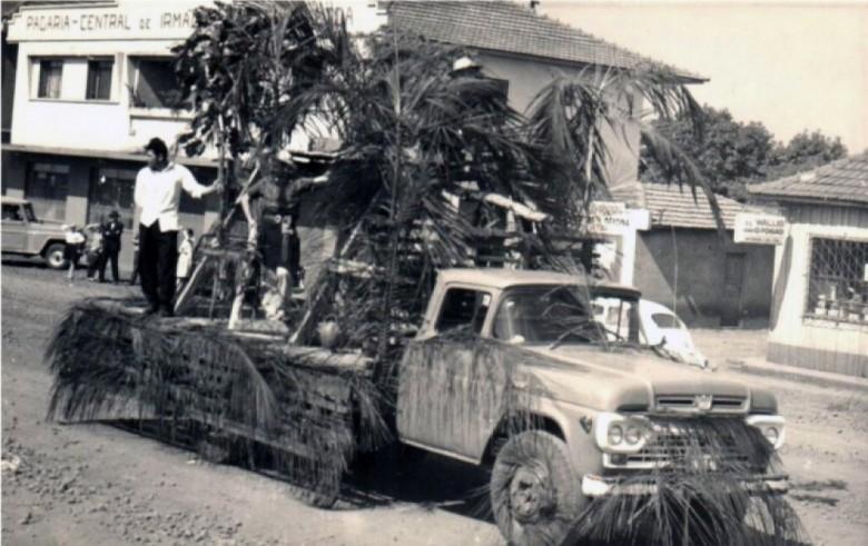 Desfile de carro alegórico na Avenida Rio Grande do Sul durante comemoração da festa do município de Marechal Cândido Rondon. Esta imagem pode ser do primeiro desfile de carros alegóricos que aconteceu na festa do município de Marechal Cândido Rondon.