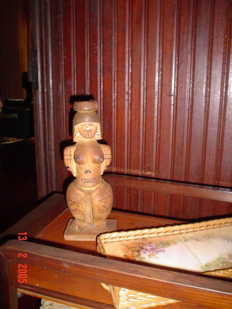 Casa da Família Seyboth - vista interna com destaque para uma arte indígena.