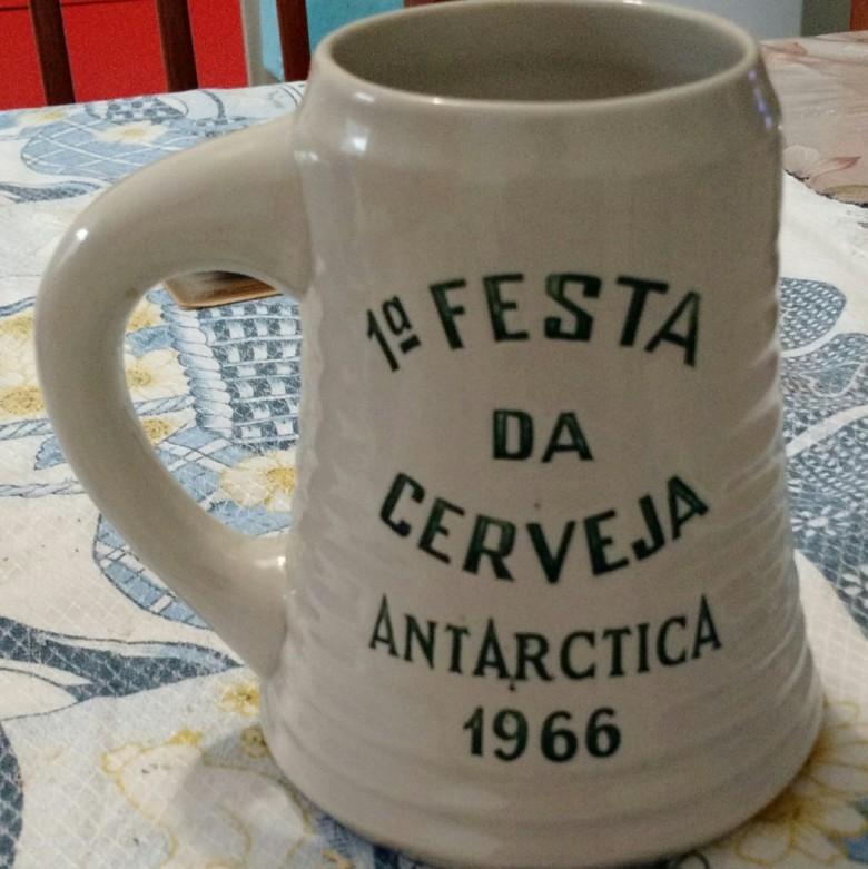 Imagem do caneco da 1ª Festa da Cerveja da Antarctica, promovida pelo então Oeste Paraná Futebol Clube, em 1966.