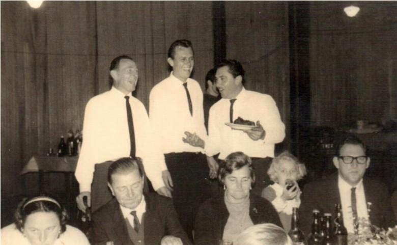 Na foto, sentados, da esquerda à direita: 1ª - não identificada, 2ª -    o pioneiro Benno Weirich, 3ª - a pioneira Alice (nascida Ahmann) Weirich, 4ª - criança não identificada e 5ª - o pioneiro Rudi von Borstel.
