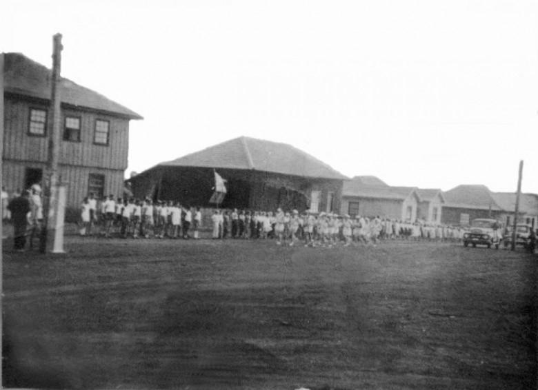 Desfile escolar de 7 de  Setembro de 1958, à Avenida Rio Grande do Sul, em settembro de 1954.  Ao fundo, à esquerda, o Hotel Avenida.