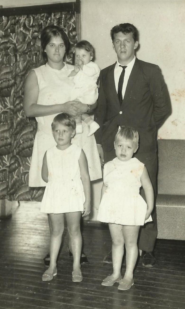Casal Nercy Koch e Arno Ervino Ritter com as filhas Clélia Regina (no colo), Dagmar  (e) e Rosiglei.