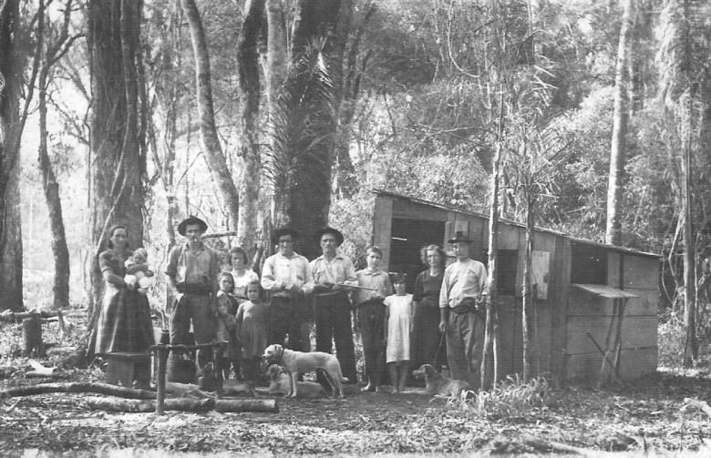 Famílias Griebeler e Knapp acampados no Arroio Fundo para um período de caça.  Não é possível em que ponto ao longo do Arroio Fundo foi o abrigo. Muitos locais ao longo do referido riacho tinha a mesma denominação.  Somente anos depois, a administração deu a cada ponto um nome específico.
