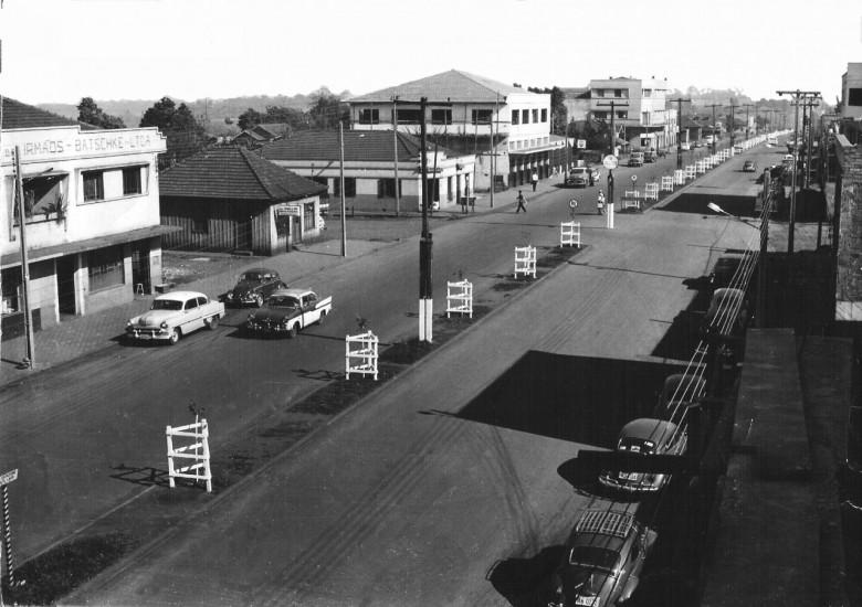 Avenida Rio Grande do Sul, esquina com rua 7 de Setembro, com as primeiras mudas plantadas no centro da via para arborização, em 1975.