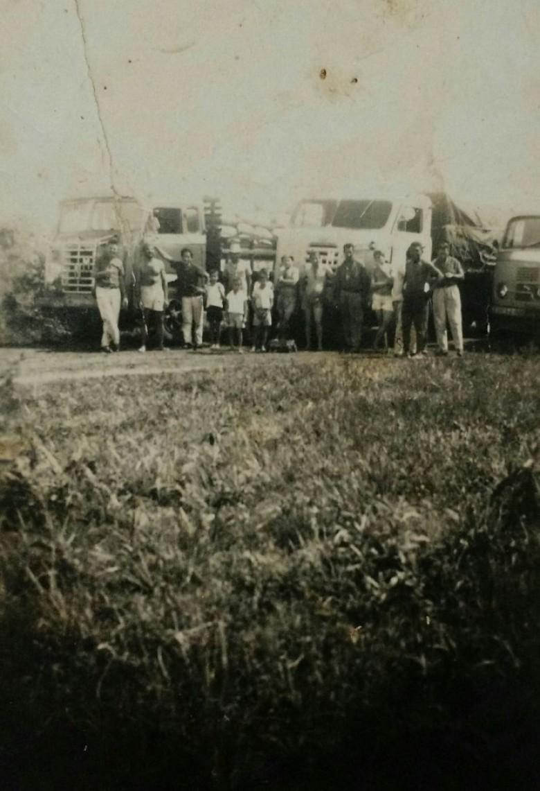 Pioneiros rondonenses a frente de caminhões de carga, na década de 1960.