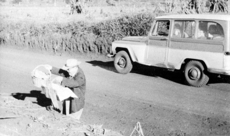 Delegado Ary Branco Rosa  na coordenação do mutirão para instalação de rede de luz elétrica de Novo Sarandi até General Rondon, em  1957.