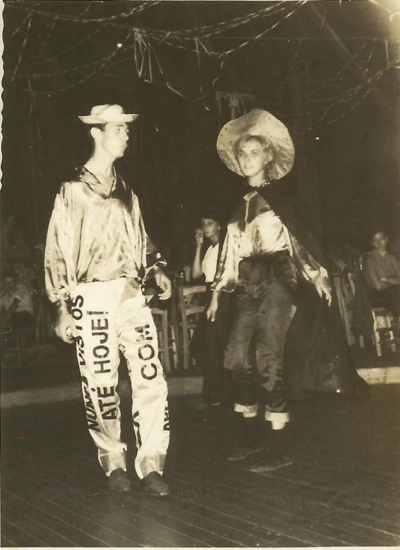 Os jovens pioneiros Orlando Miguel Sturm  e Nercy Koch em evento de Carnaval no então Salão Wayhs.