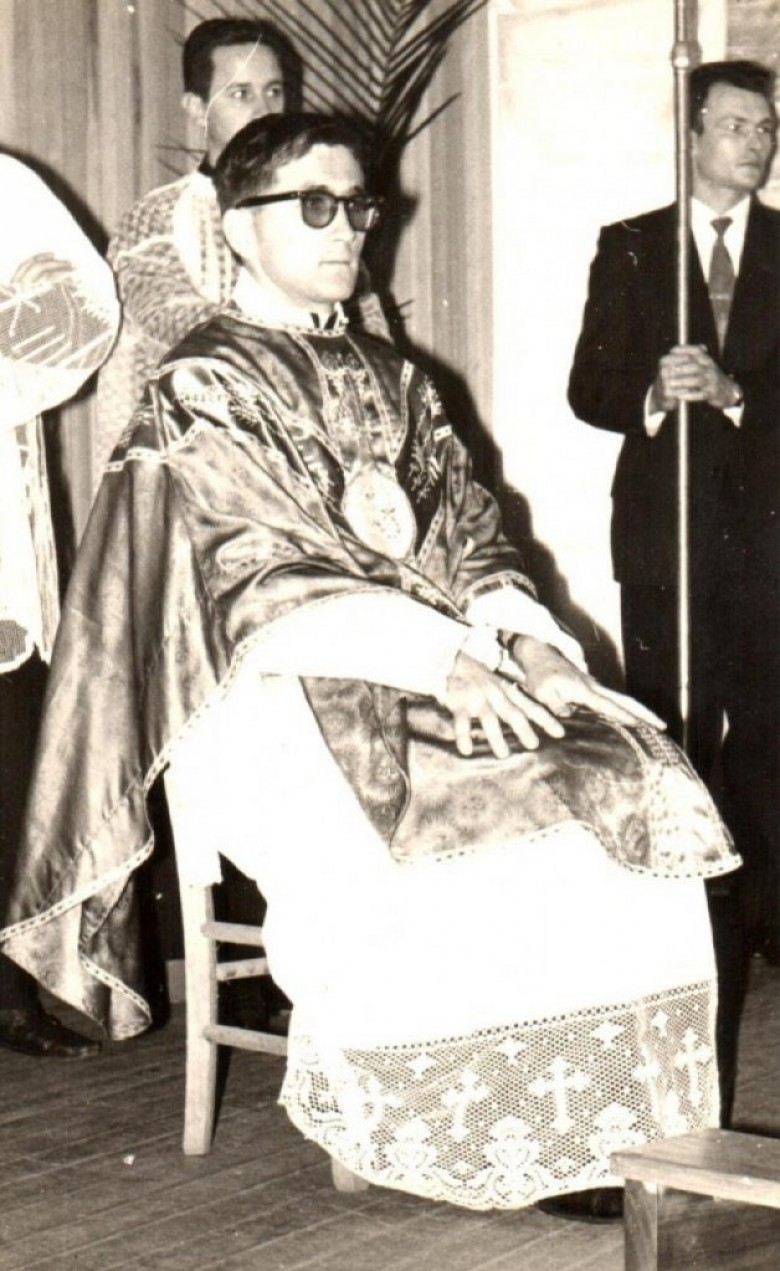 Ordenação da padre Alois Mann em solene realizada no Clube Aliança. À direita, o funcionário público Romeu Sauer.