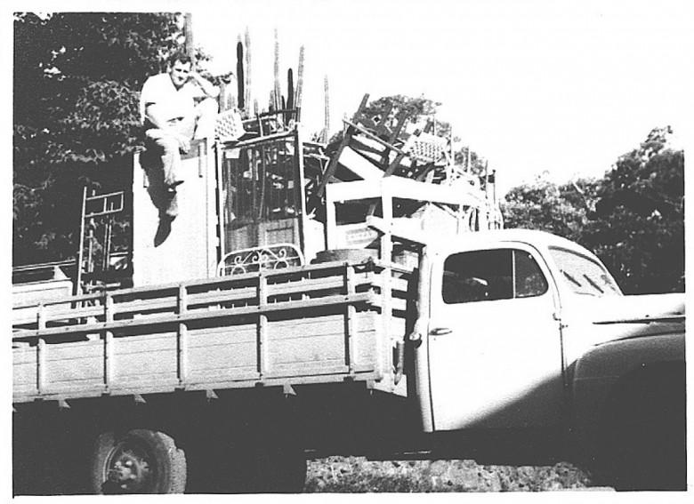 A mudança do Dr. Seyboth trazida de Ipira, SC, a General Rondon, em 19 pelo senhor Edvino von Borstel (sentado) com seu caminhão.