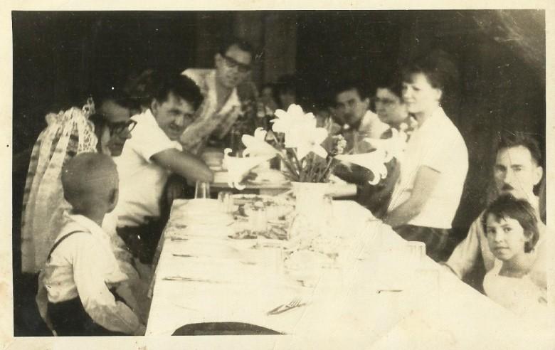 Da esquerda a direita: 1ª - menino não identificado; 2ª a moça de véu não identificada;  3ª - padre Cristiano Wiemann, vigário da Matriz Católica Sagrado Coração de Jesus; 4ª - Arno Ritter Ervino Ritter;  e as demais pessoas não identificadas.