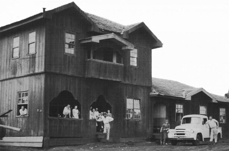 Hotel BrasIL,  construído pela família Menon, na esquina das Rua 12 de Outubro e Santa Ctarina.
