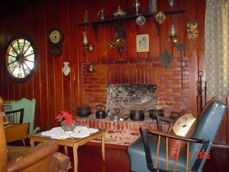 Casa da Família Seyboth - vista interna. com destaque para diversas peças artísticas.