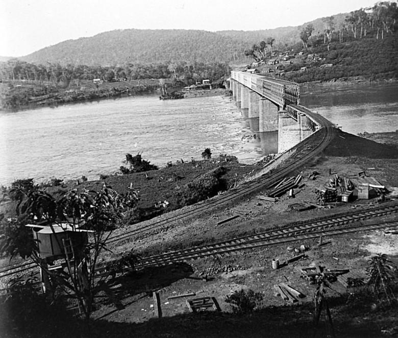 Antiga ponte férrea sobre o Rio Pelotas, em Marcelino Ramos, na divisa dos estados de Santa Catarina e Rio Grande do Sul.  Ao fundo, vê-se a desembocadura do Rio do Peixe que se junta ao Rio Pelotas e dão início ao Rio Uruguai;
