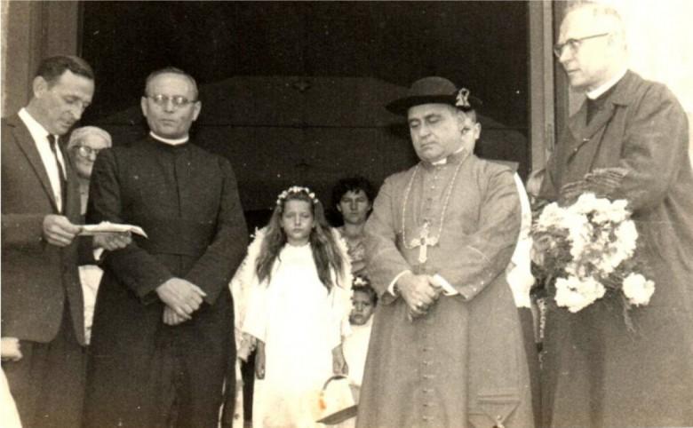 Prefeito municipal Arlindo Alberto Lamb saudando o Padre João Assmann SVD pela sua posse como primeiro vigário da Paróquia Sagrado Coração de Jesus.