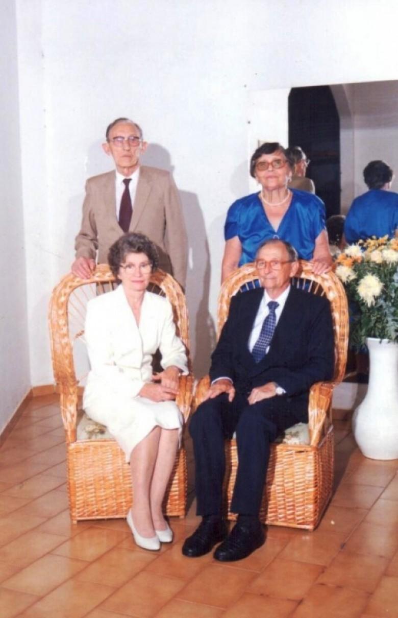 Casal Norma e Arlindo Alberto Lamb (sentados) fotografados com o casal amigo Miloca (nascida Seefeld) e Arlindo Schwantes na comemoração de suas Bodas de Ouro.