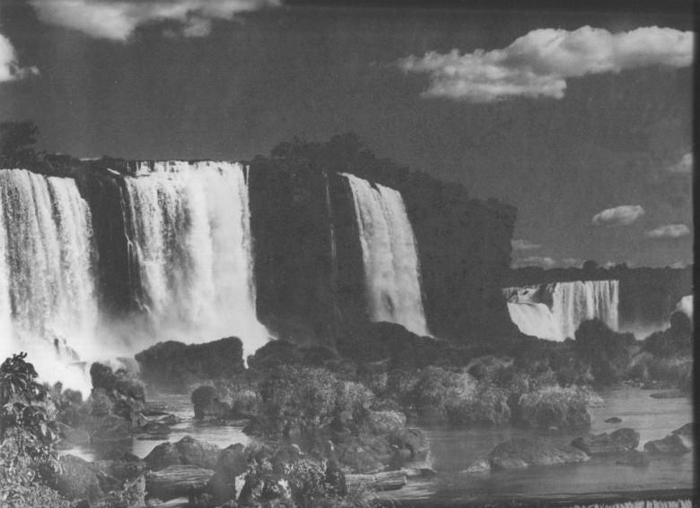 Outra vista noturna das Cataratas do Iguaçu, em 1965.  Outra imagem feita pelo imigrante alemão e pioneiro rondonense Heribert Hans-Joachim Gasa