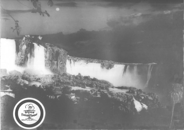 Cataratas do Iguaçu, vista noturna, em 1965. Foto feita pelo imigrante alemão e pioneiro rondonense Heribert Hans-Joachim Gasa