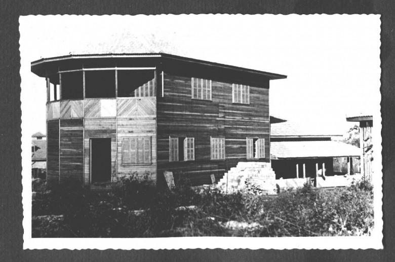 Anex dar esidência do Dr. Seyboth  em construção, em 1959.  Essa obra foi realizada pelo pioneiro e carpinteiro Hartwig Schade.