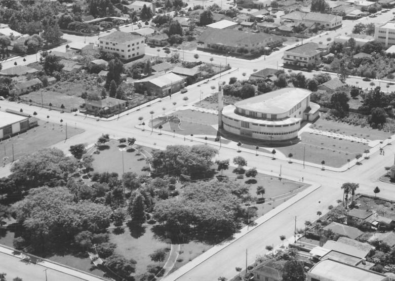 Vista aérea Praça Dealmo Selmiro Poersch com a Matriz  Católica, em  1979.