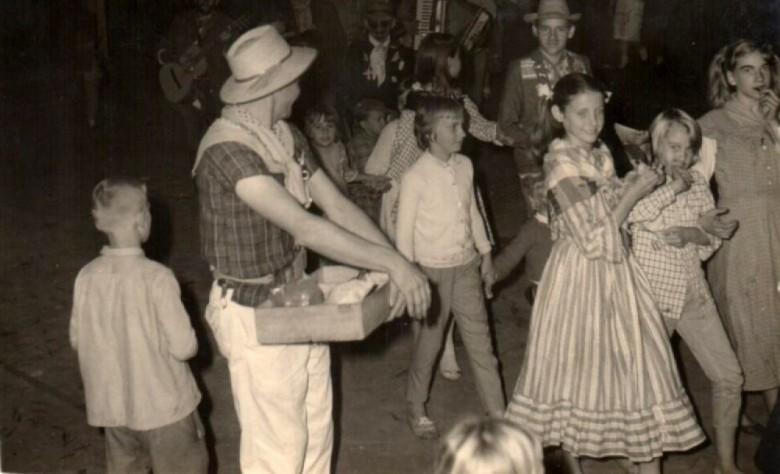 Festa junina na década de 1960, na cidade de Marechal Cândido Rondon. Local da comemoração não identificado.