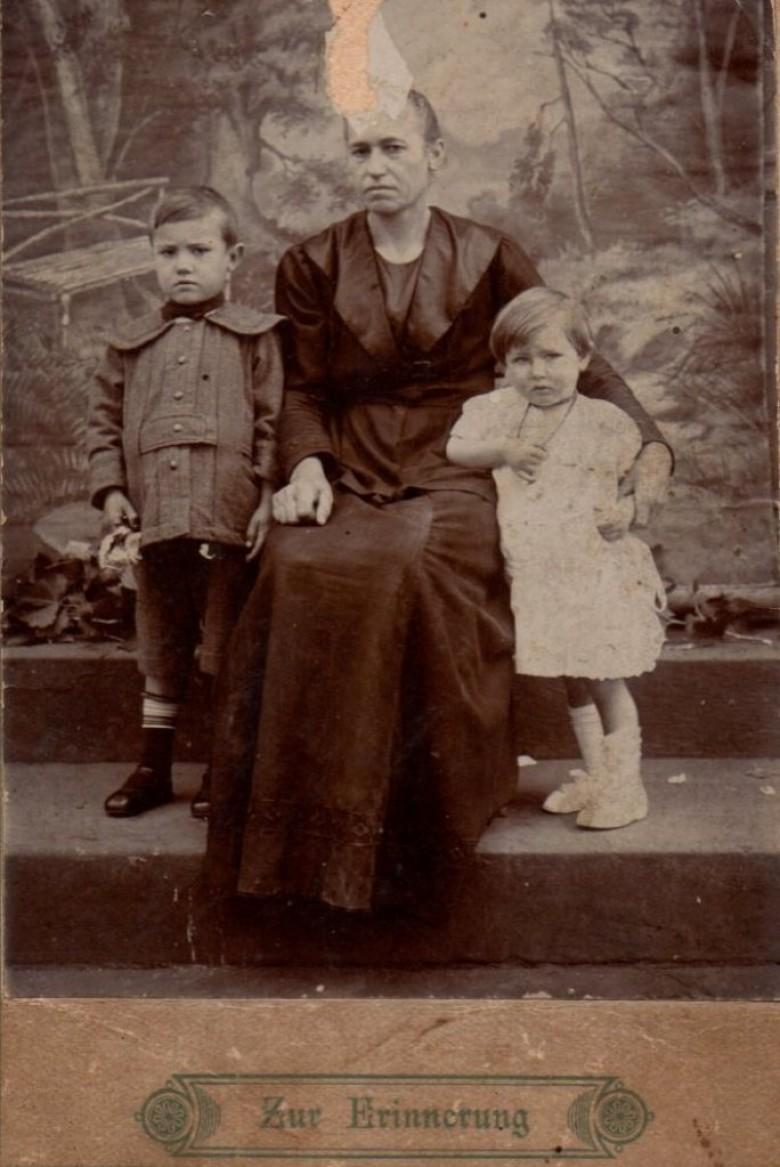 Clara (nascida Dobner) Michaud, com larga descendência no Oeste do Paraná.  Chegou ao Brasil com menos de três meses, na companhia de seus pais Margaretha (nascida Pellner) e Johann Dobner, procedentes da localidade Neudorf, hoje Nová Ves nad Nisou, na atual República Tcheca.  No Brasil, casou-se com José Michaud, filho do imigrante suíço Léon Michaud e da alemã Maria Roeder.  Léon é natural de Bovernier,  localizada na Suiça francesa.