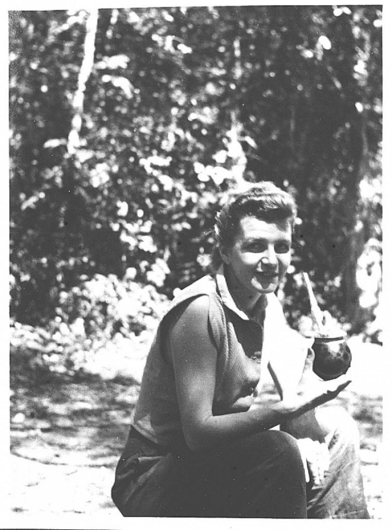 D. Ingrun Seyboth durante visita as Sete Quedas, Guaíra, em 1955.