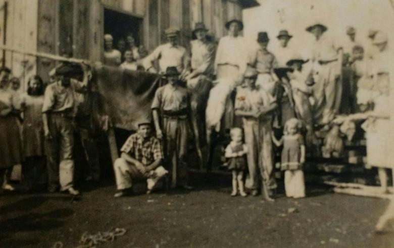 Grupo de pioneiros rondonenses.  Em destaque no varal, um couro de anta.