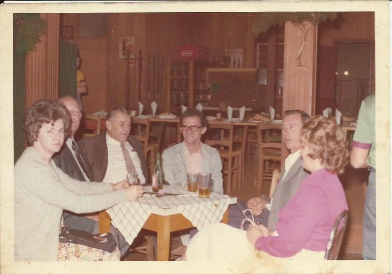Lauro Ohlweiller e esposa, ele secretário de Viação e Obras Públicas do prefeito Almiro Bauermann;  Arnold Lamb, secretário municipal de Administração; Helmuth Koch e Alfredo Wanderer e esposa, da direita a esquerda.  Imagem: Acervo Clélia Regina Ritter.