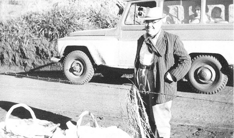 Delegado Ary Branco Rosa, no mutirão para instalação de rede de luz elétrica de Novo Sarandi até General Rondon.   1957.