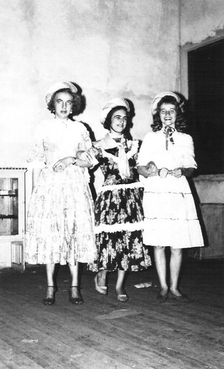 Festeiras de comemoração junina, em  1964. à direita, Ani Lamb