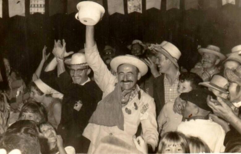 Prefeito Arlindo Alberto Lamb mostrando o presente recebido do publico participante da festa junina.