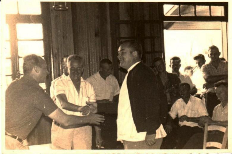 Dr. Friedrich Rupprecht Seyboth (médico), cumprimentando os senhores Willy Barth ( de camisa clara listrada) e Wilson Carlos Kuhn (camisa escura) da prefeitura de Toledo, durante evento no antigo Clube Aliança, em Marechal Rondon.