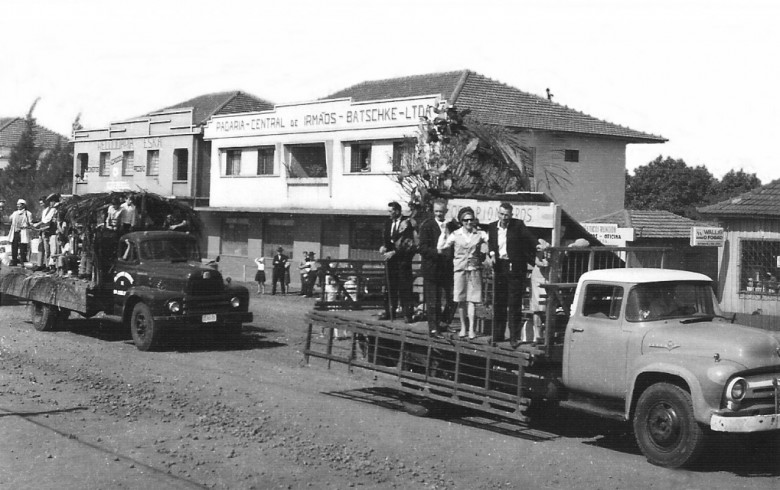 Desfile durante festa do município de Marechal Cândido Rondon. No carro, à direita, os três primeiros moradores da cidade: Osvaldo Heinrich, Erich Ritscher e esposa Maria e Antonio Rockembach.