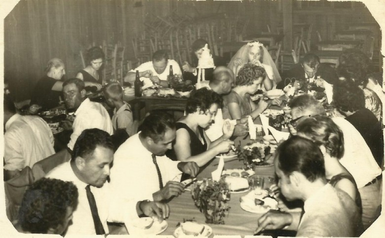 Almoço festivo do casamento de Arno Ervino Ritter e Nercy Koch.  Da esquerda a direita, fundo: 1ª - Erna (nascida Schwingel) Ritter; 2ª - Ainda (nascida Nacke) Schneider; 3ª - empresário rondonense Hedo Schneider; 4ª - noivo Arno Ervino Ritter; 5ª - noiva Nercy Koch; 6ª - Plínio Ritter.  À mesa, no centro: 1ª - Helmuth Koch, pai da noiva, de camisa branca e gravata; pioneiro Alfredo Nied (camisa branca e gravata) e esposa Paulina, de blusa escura; e demais convidados não identificados.