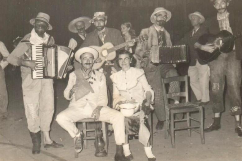 Arlindo Alberto e Norma Lamb, ela segurando o penico com o qual o casal foi presenteado na festa junina.