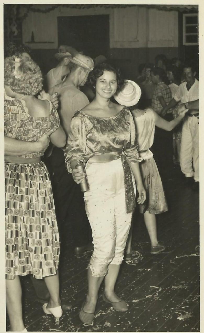 Jovem pioneira rondonense Lori Koch, em noite de Carnaval no então Salão Wayhs;