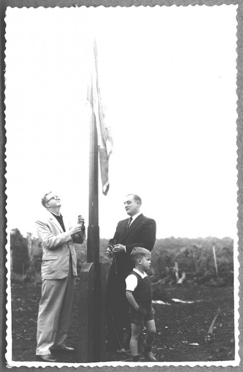 Hasteamento da bandeiras na solenidade de Inauguração do Hospital e Maternidade Filadélfia, em 195.