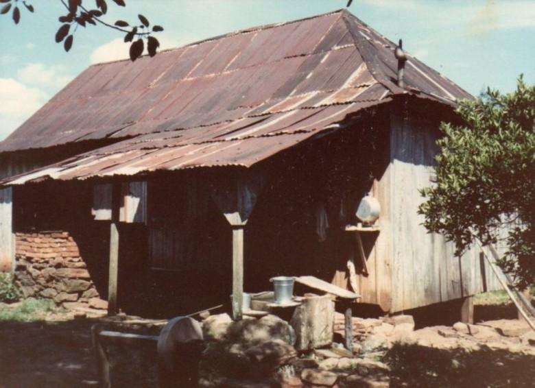 Residência do imigrante Franz Witeck construída em sua propriedade na Linha Esperança.  Fotografia feita na década de 1980.