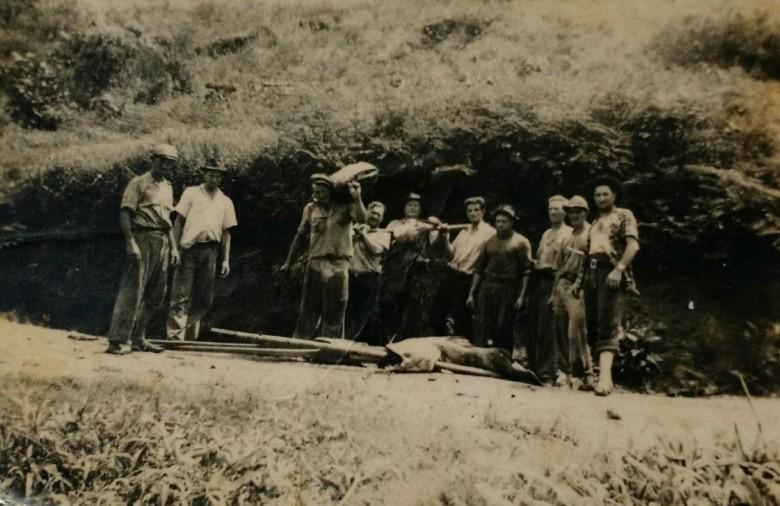 Grupo de pioneiros rondonenses regressando da pescaria e mostrando os grandes peixes apanhados junto ao Rio Paraná, na década de 1950.
