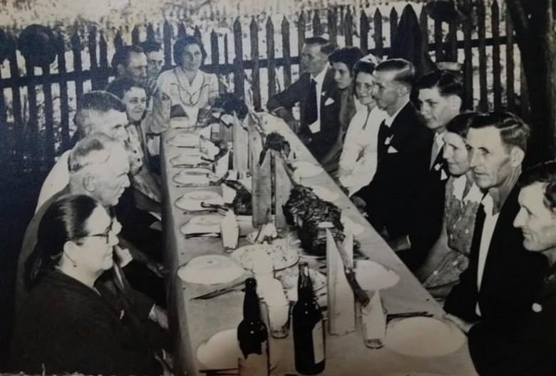 Casamento de Waldomiro Lang e Irene Konzen, em Quatro Pontes.  Da esquerda a direita:  1ª - Emilia Lang, 2ª - João Lang, 3ª e 4ª - Situs Kaefer e esposa, 5ª - não identificada, 6ª e 7ª - Aloisio e esposa Hulda Konzen, 8ª - Wilmar Lang, 9ª - Maria Siloca Lang, 10ª - Irene Konzen (noiva), Waldomiro Lang (noivo), 12ª ... Schmidt, 13ª e 14ª - Paula e esposa Livino Klein, e 15ª - ... Schmidt.