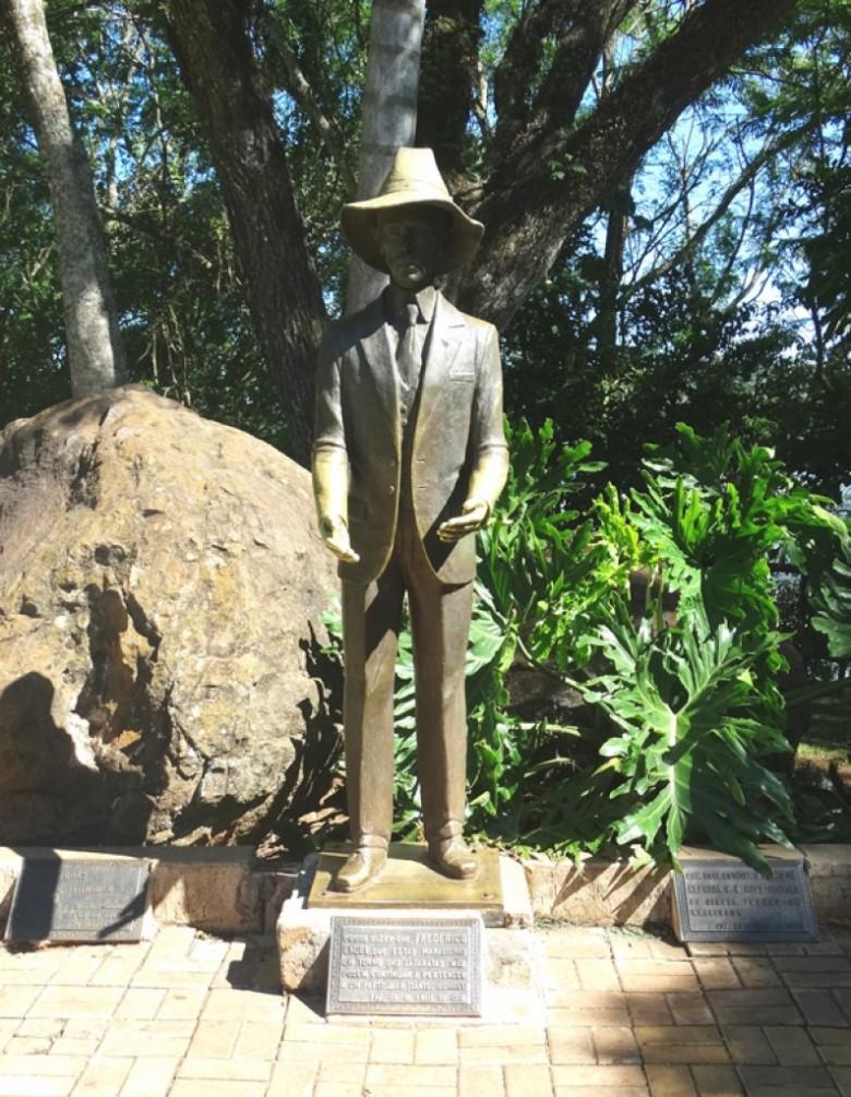 Estátua em homenagem a Santos Dumont junto as Cataratas do Iguaçu.  Imagem: Acervo IgassuVilage - FOTO COMPLEMENTAR 2 -