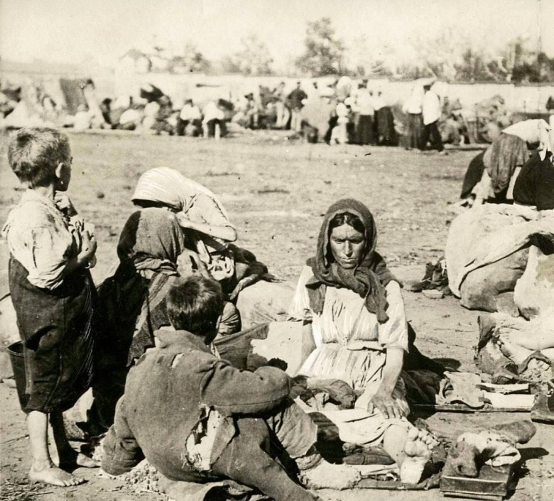 Russos-alemães, sem perspectiva e atormendados pela fome e frio, reunidos num gueto.